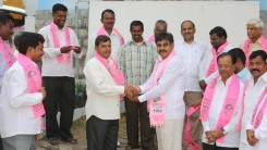Konda Vishweshwar Reddy invites Serlingampally members joining in TRS party at Office 1