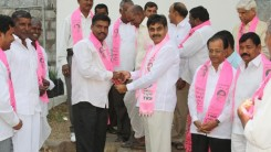 Konda Vishweshwar Reddy invites Serlingampally members joining in TRS party at Office 2