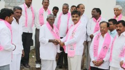 Konda Vishweshwar Reddy invites Serlingampally members joining in TRS party at Office 3