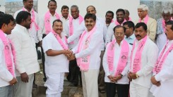 Konda Vishweshwar Reddy invites Serlingampally members joining in TRS party at Office 5