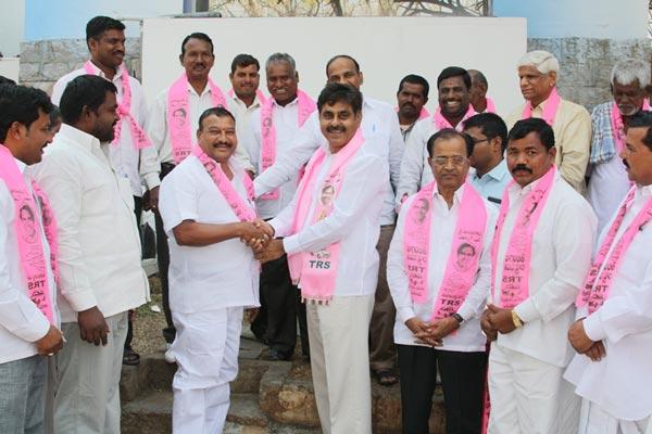 Konda Vishweshwar Reddy invites Serlingampally members joining in TRS party at Office 5