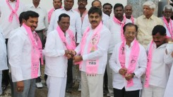 Konda Vishweshwar Reddy invites Serlingampally members joining in TRS party at Office 6