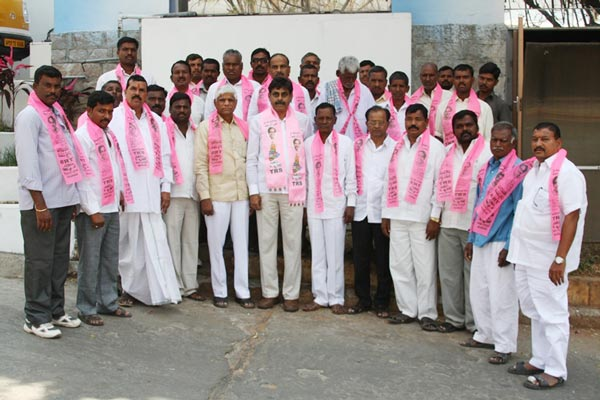 Konda Vishweshwar Reddy invites Serlingampally members joining in TRS party at Office