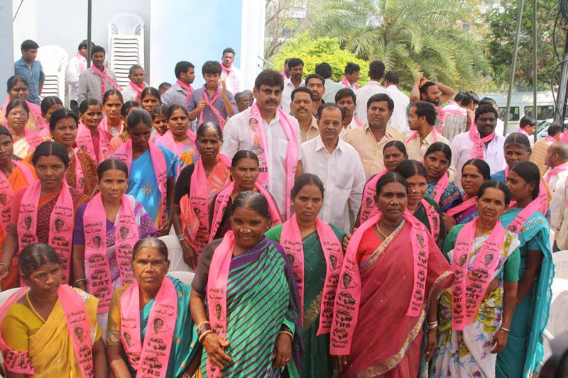 Konda Vishweshwar Reddy welcomes new members into the party at office.jpg (3)