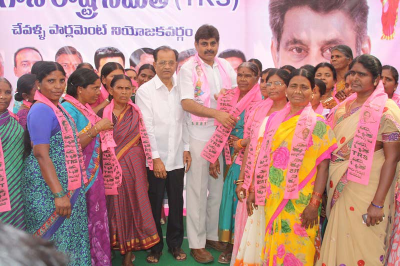 Konda Vishweshwar Reddy welcomes new members into the party at office.jpg (4)