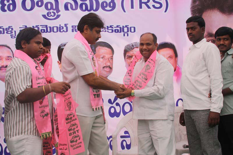 Konda Vishweshwar Reddy welcomes new members into the party at office.jpg (9)