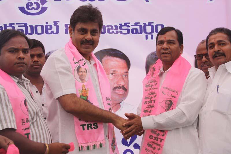 Konda Vishweshwar Reddy welcomes new members into the party at office.jpg